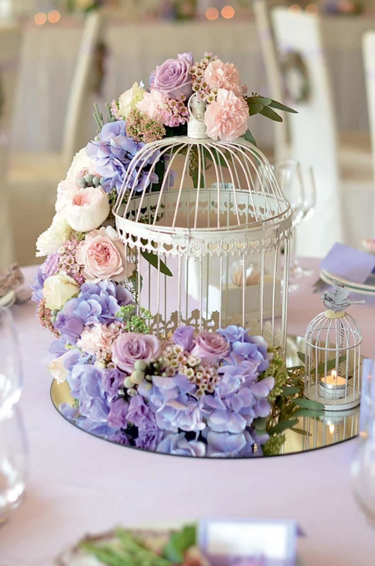 Bouquet avec cage d'oiseau sur une table