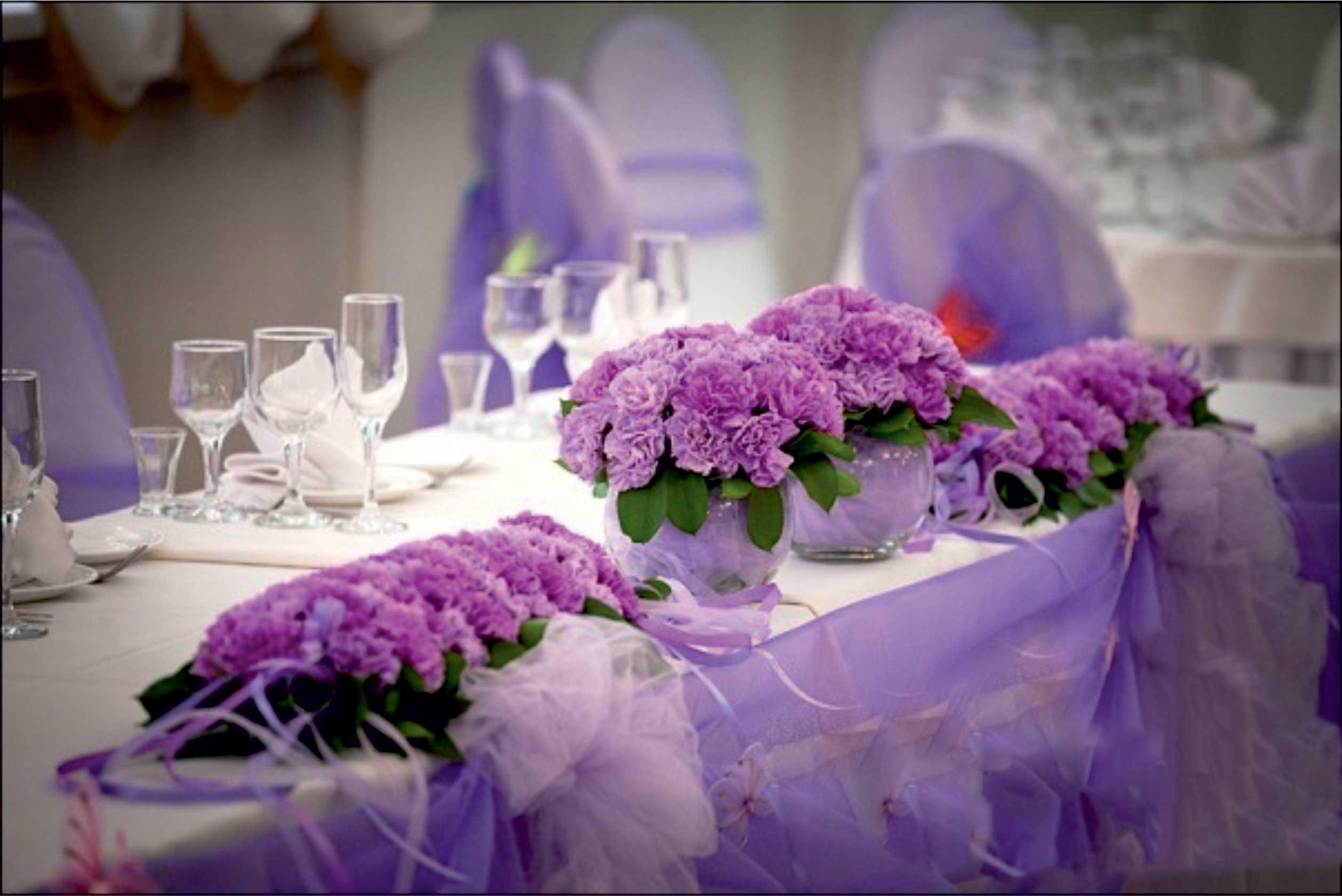 table-et-fleurs-violettes