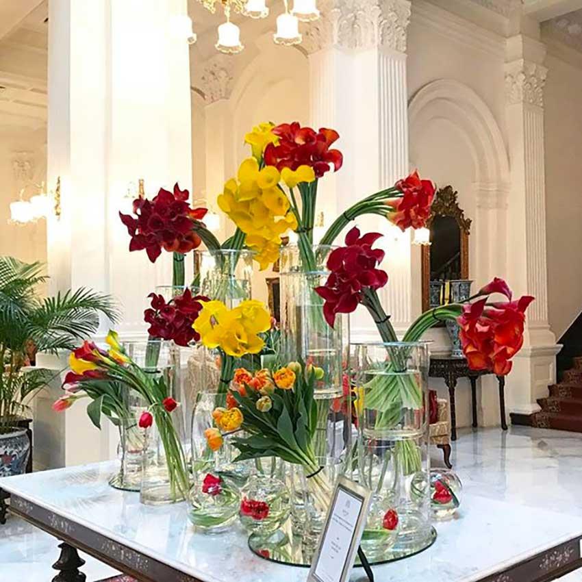 table-fleurs-rouge-et-jaune-hotel