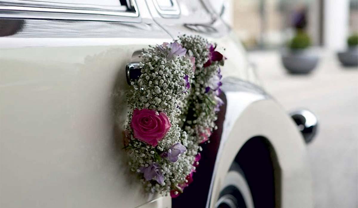 voiture-blanche-bouquet-de-fleurs-2