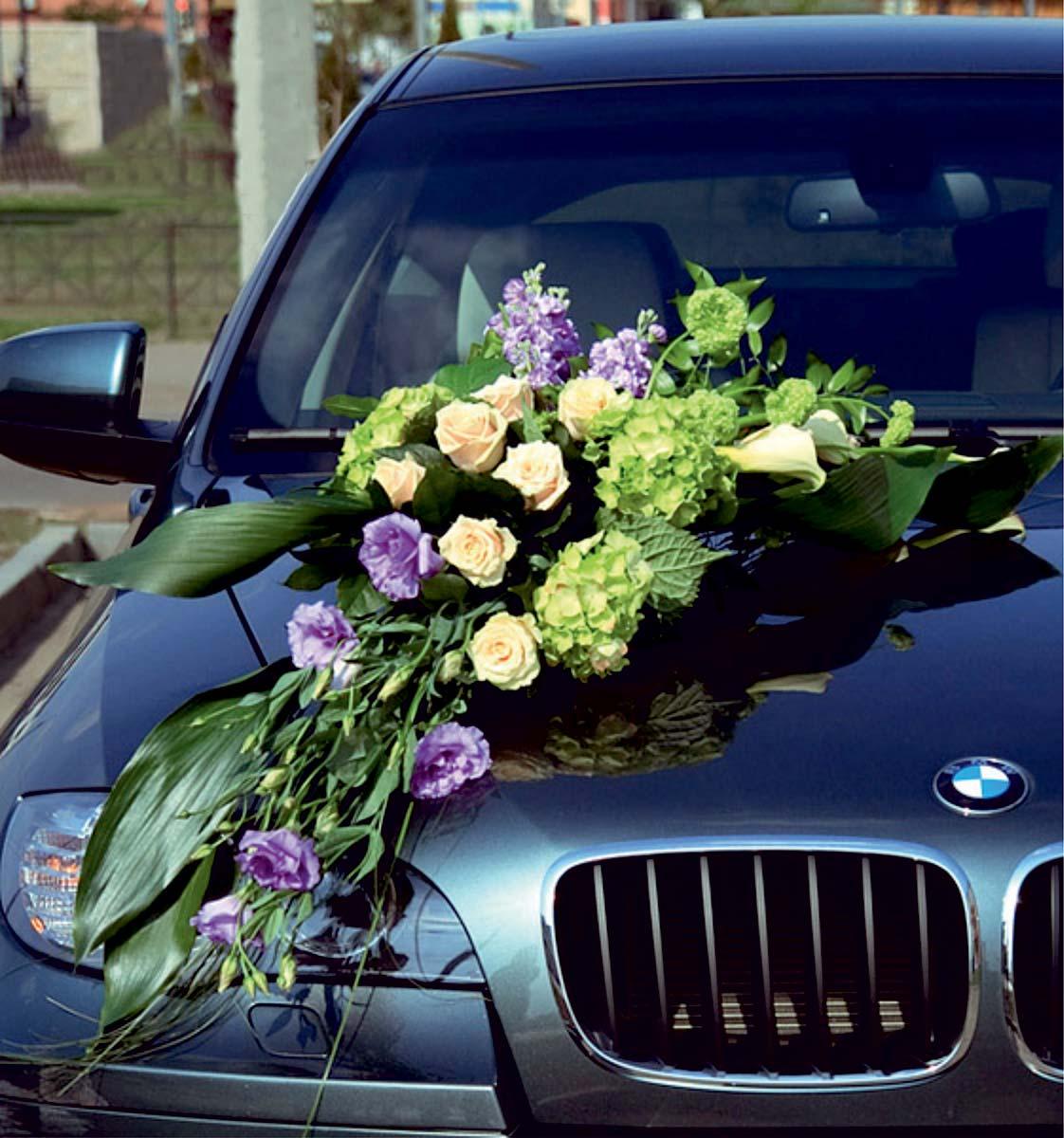 voiture-bouquet-de-fleurs-violettes