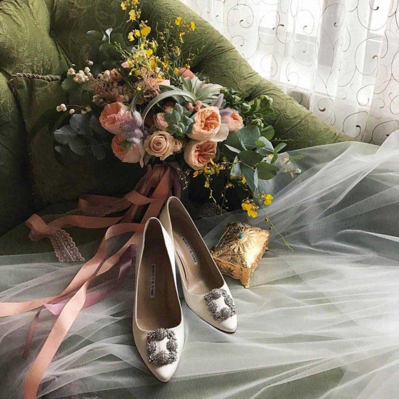 bouquet-fleurs-concept-avec-chaussures